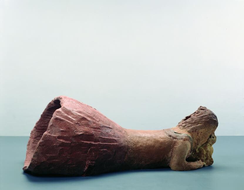 Liegende, Gesicht auf Miko stützend, 1998, Terrakotta glasiert, 40 x 109 x 52 cm, Foto: Lothar Schnepf