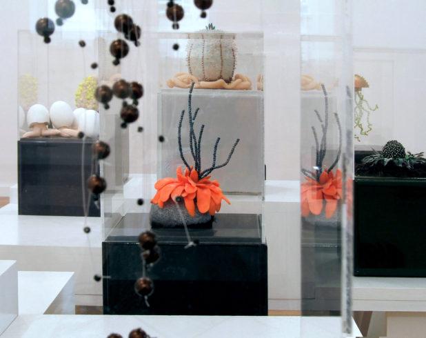 diverse Objekte o.T. der Serie fq.xx, 2008, Perlen, Wachs, Fimo, u.a., je ca. 30 x 16 x 16 cm (mit Fiesensockel und Acrylglashaube), auf Tisch-Sockelsystemen, Gruppenausstellung