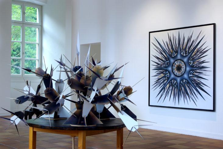 o.T. (1.G.VI_02), 2017, Acryl auf Leinwand im Schattenfugen-Rahmen, 160 x 160 cm, Steckmodul o.T. (2.17.mst_02), 2017, Schichtholz, MDF, Acrylfarbe, ca. 170 x 120 x 150 cm (inkl. Tisch), Einzelausstellung