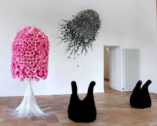 Wandarbeit o.T., 2017, Acryl, ca. 240 x 240 cm, Modul VII (var-a), 2008, WM-Tröten, Holz, Kunststoffbänder, Wolle, Höhe ca. 240 cm, o.T. (2.GII_02-04), 2006, Wolle, Holz, Styropor, Gummi-Tuch, Rollen, ca. 85 x 60 x 30 cm, Einzelausstellung
