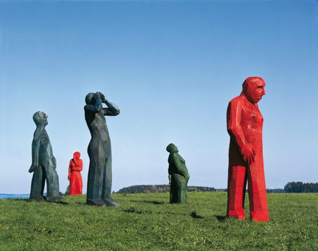 Von links nach rechts: Großer Schreitender, 2004, Eiche blau, 300 x 150 x 50 cm; Die kleine Rote, 2005, Linde rot, 190 x 60 x 50 cm; Rufer, 2004, Eiche blau, 320 x 90 x 90 cm; Peter, 2005, Eiche grün, 210 x 66 x 65 cm; Der große Rote, 2005, Eiche rot, 290 x 80 x 73 cm; Foto: Siegfried Wameser ·