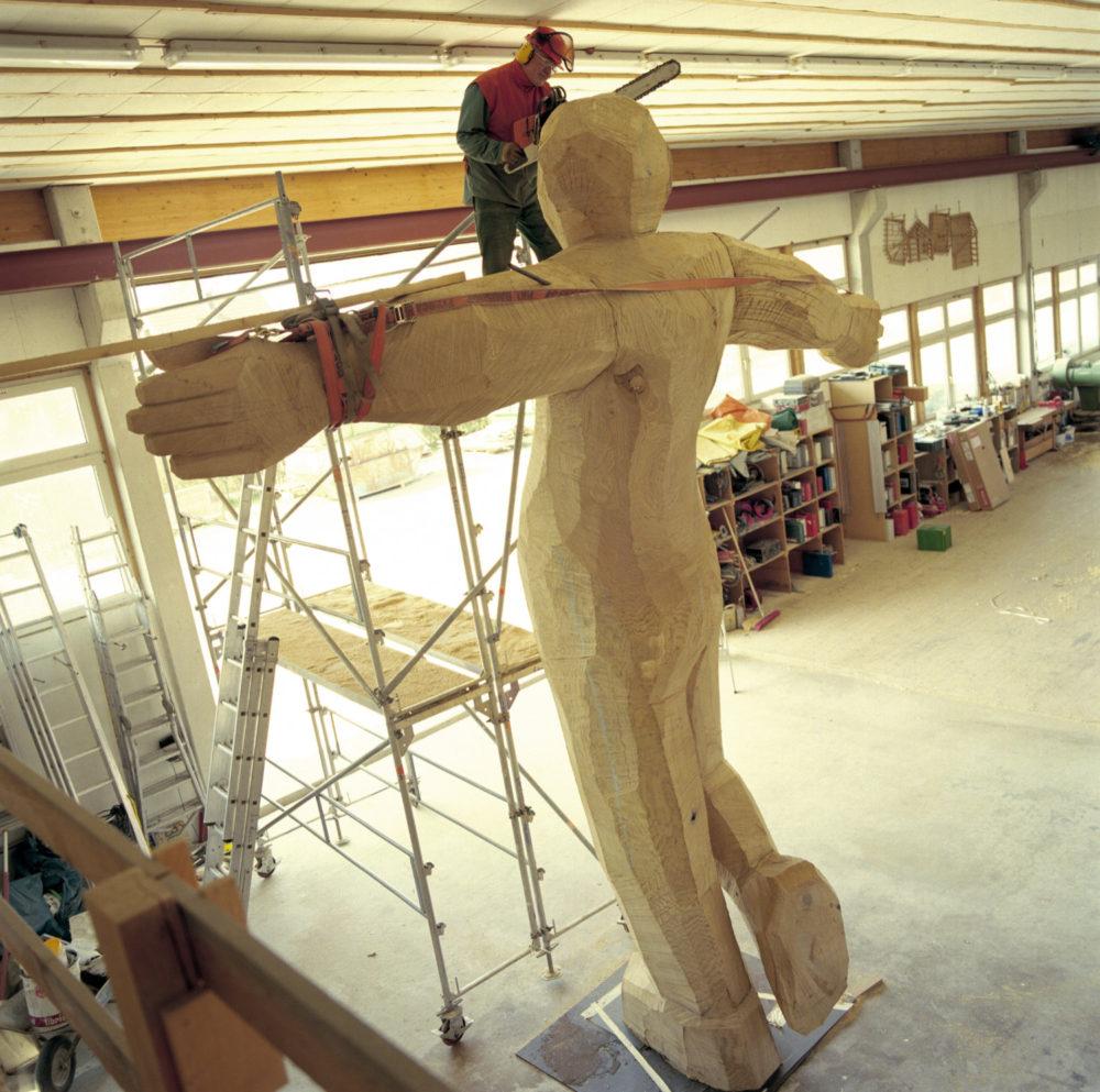 Josef Lang bei der Arbeit an einer Figur; Foto: Martin Hangen