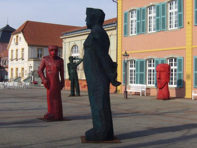 Figurengruppe vor dem Palais Hirsch in Schwetzingen; Foto: Josef Lang