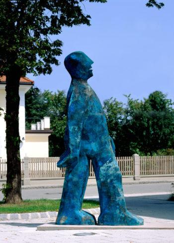 Große Schreitende Schmalfigur, Bronze, Blaupatina, 2005, 300 x 150 x 50 cm; Foto: Siegfried Wameser