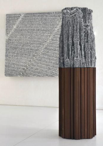 Kathedrale (Skulptur mit Sockel), 2015/ Ränge, 2014, Wellpappenrelief, mit Gesso bemalt, Grafit, Permanentmarker, 185 x 55 x 55 cm © VG Bild-Kunst, Bonn 2018/ Martin Spengler, Foto: Martin Spengler