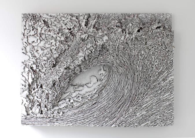 Welle, 2011, Wellpappenrelief, mit Gesso bemalt, Grafit, Permanentmarker, 150 x 200 x 20 cm © VG Bild-Kunst, Bonn 2018/ Martin Spengler, Foto: © Galerie Thomas Modern. Foto: Walter Bayer