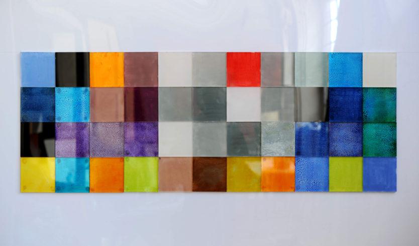 Linea-Platten, rückseitig Glasmalfarben, collagiert auf Rückwand