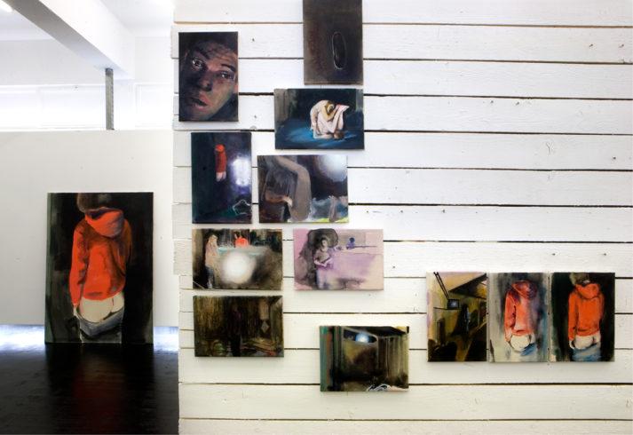 Installationsansicht in der Ausstellung If you close the door, SEPTEMBER, Berlin, 2010, Öl auf Nessel: links: 190 cm x 140 cm; 30 x 22/20 cm, 22/20 x 30 cm; Holz, Wandfarbe, Schrauben, VG Bild-Kunst, Bonn 2018/ Kerstin Drechsel, Foto: David Olivera