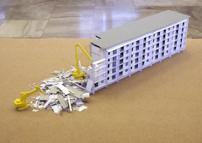 """aus: WK8P2, 2003, 1:100 Modell eines Abrisshauses in Hoyerswerda, im Rahmen von """"Stadt im Regal"""", Pappe, MDF-Platte, VG Bild-Kunst, Bonn 2018/ Kerstin Drechsel, Foto: Jens Ziehe"""