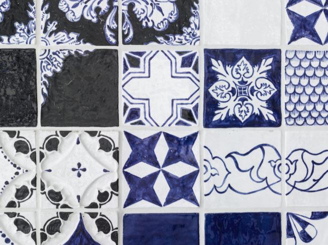glasierte Keramik, Kunst am Bau Hochschule Lippstadt, 500x1100x0,5 cm, Detail. Foto Dejan Sar
