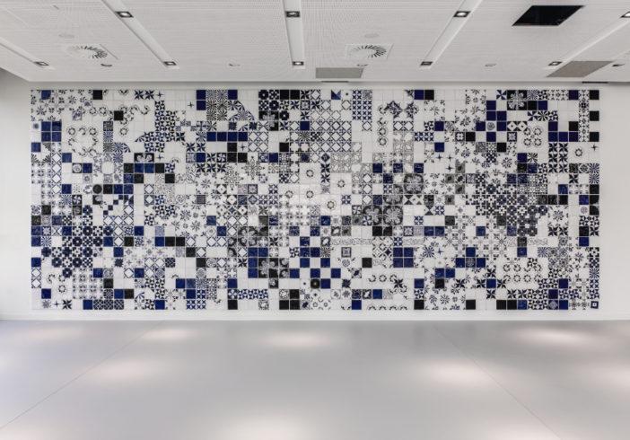 glasierte Keramik, Kunst am Bau Hochschule Lippstadt, 500x1100x0,5 cm. Foto Dejan Sar