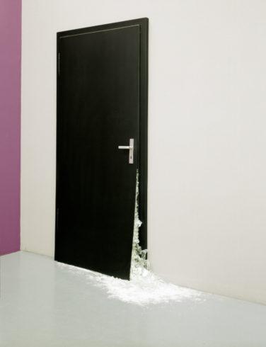 Schwarze Tür, 2007, Installationsansicht, Museum Kunstpalast, Düsseldorf, 2008. Holz, schwarzer Tafellack, Metall, zerbrochenes VSG-Glas, 230 cm x 135 cm + variable Bodenfläche, ca. 1,5 qm