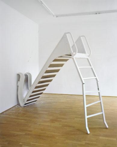 Weiße Rutsche, 2009, Metall, Lack, Riss in Wand, 2,30 x 0,70 x 3,50 m Installationsansicht Galerie Rupert Pfab, Düsseldorf