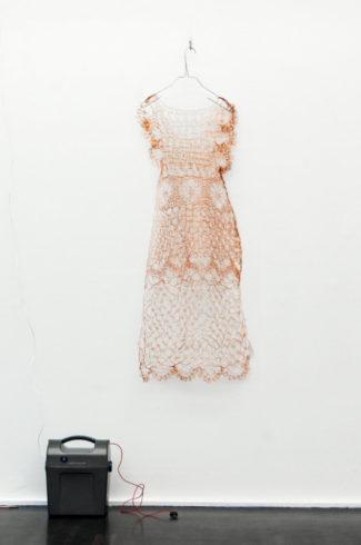 Kupfernes Kleid, 2014, Kupfer, Metall, Weidezaungerät, 120 x 43 cm Ein aus dünnstem Kupferdraht gehäkeltes Kleid steht unter Strom