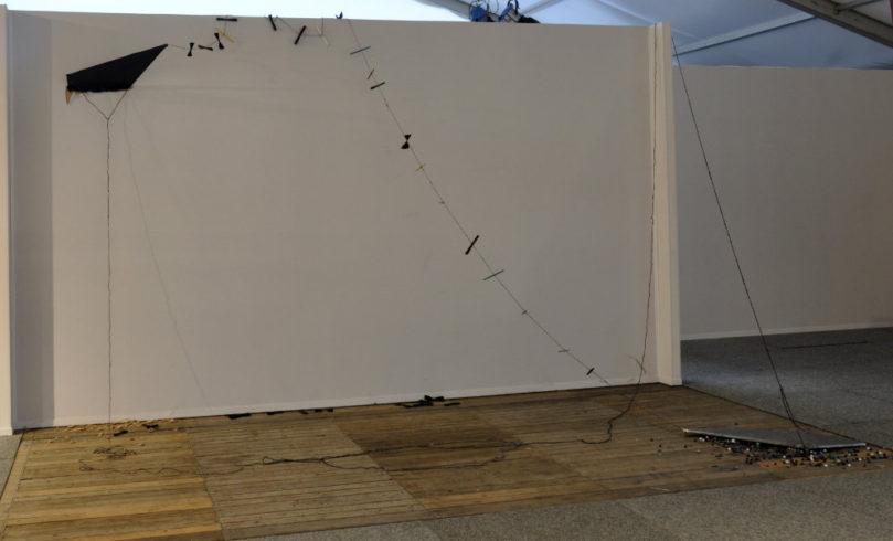 The heavy kite, Blei, Metall, Papier, Schnur, Glas, ortspezifische Installation Blue Container Project Duisburg, 2018, 3,50 x 6 x 2 m