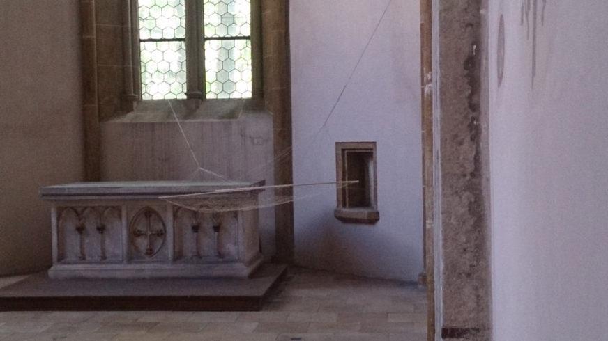 Es war mir nicht gelungen Dir eine silberne Hängematte zu erklären, 2014, Installationsansicht St. Blasius/Diözesanmuseum Regensburg 2016, Silberdraht, Blattsilber, Holz, 160 x 412 cm