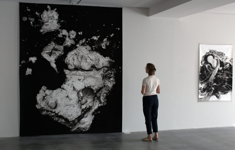 Drift, 2016, Reißkohle auf Papier, 302 x 240 cm, und Foodporn, 2015, Reißkohle auf Papier, 150 x 100cm, Ausstellungsansicht © Peter Hock, Foto: Matthias Reichelt