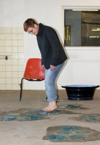 """""""Quallenperformance"""", 2014, Quallenobjekte aus Agar, Emaillewanne, Handtücher, Sommerloch ELBA-Hallen Wuppertal, © Sylvie Hauptvogel, Foto: Susanne Hanenberg"""
