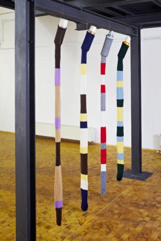"""""""warmgehalten 1–4"""", 2011, Thermosflaschen mit Strickstrumpf, jeweils ca. 230 x 10 cm, © Sylvie Hauptvogel, Foto: Sigurd Steinprinz"""