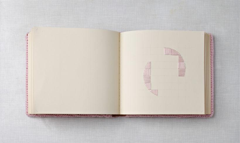 """""""zartes Rosa"""", 2014, Fotoalbum, einzelne Buchseiten sind mit rosa Garn bestickt und das ganze Buch umhäkelt, 26 x 27 x 7 cm, © Sylvie Hauptvogel, Foto: Sigurd Steinprinz"""