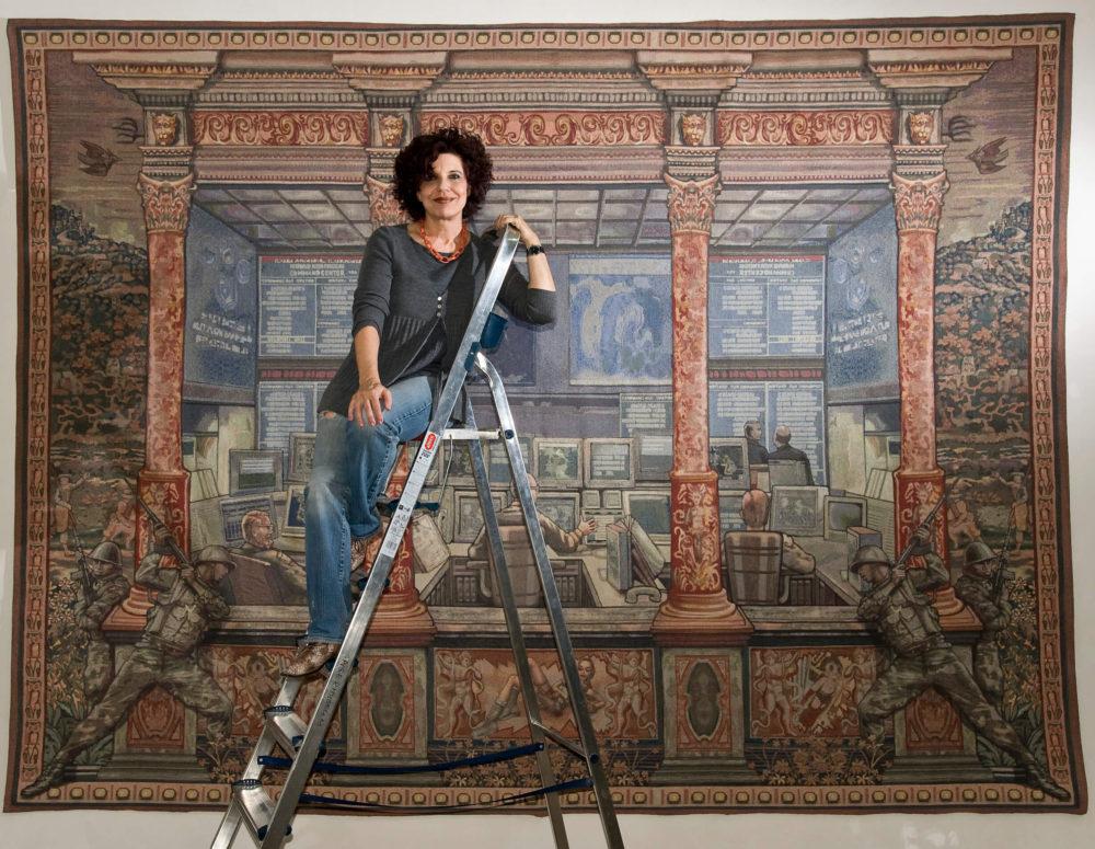 """Margret Eicher vor ihrer Arbeit """"Herrscher der Welt"""" VG Bild-Kunst, Bonn 2020/ Margret Eicher, Foto: Künstlerin/Angermuseum Erfurt"""