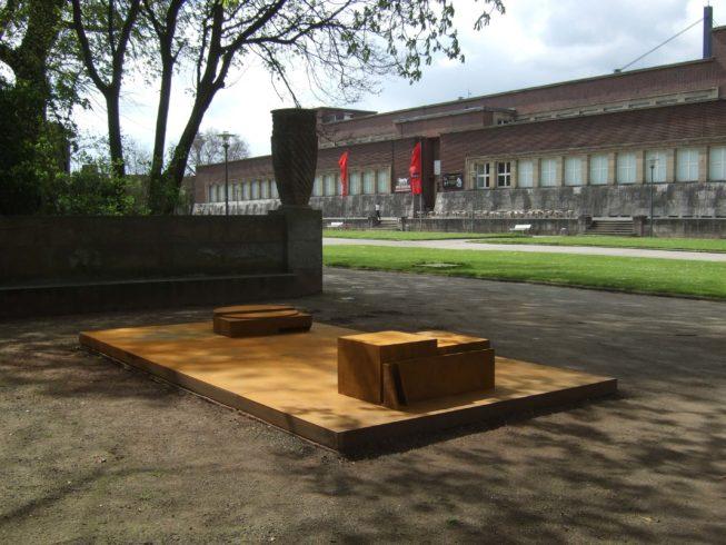 Es gibt nichts mehr, wohin es sich zurückziehen lässt, 1988, Cor-ten-Stahl, Ehrenhof Düsseldorf © VG Bild-Kunst, Bonn 2020/ Ernst Hesse, Foto: Ernst Hesse