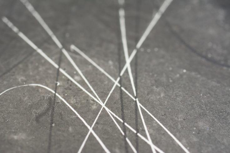 Detail aus Kubus, Gouache weiß und schwarz auf dunkler Gessogrundierung