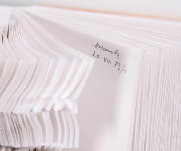 """20 VIII 83/1"", Blindbuch, 500 Bl., Buchungspapier, DIN A 5, 35 x 35 x 18,5 cm (H x B x T), 1983 Foto: Oskar Holweck Nachlass/Sabine Hafner Photographie"