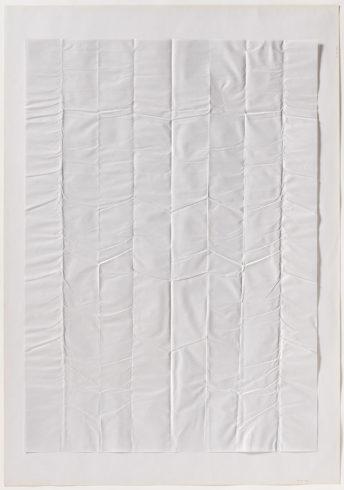 """30 VIII 69/1"", Papier, gefaltet, 100 x 70 cm, 1969 Foto: Sascha Fuis, © Oskar Holweck Nachlass, Courtesy Gallery Martin Kudlek, Köln"